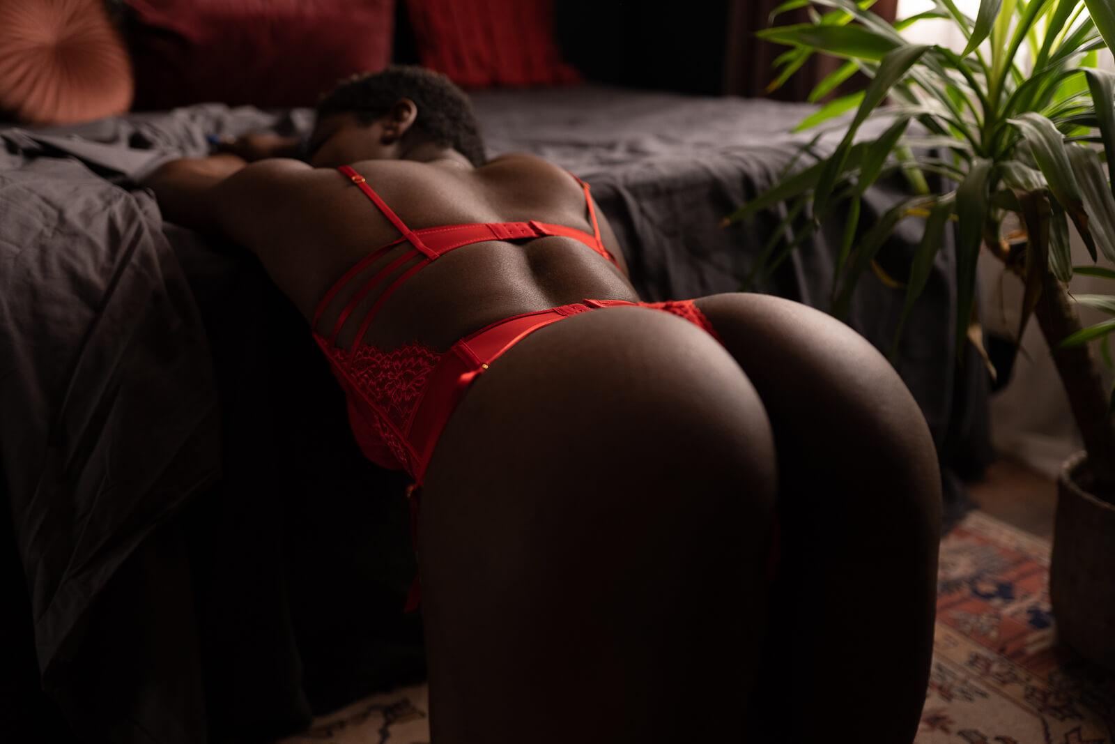 Vrouw in rode lingerie