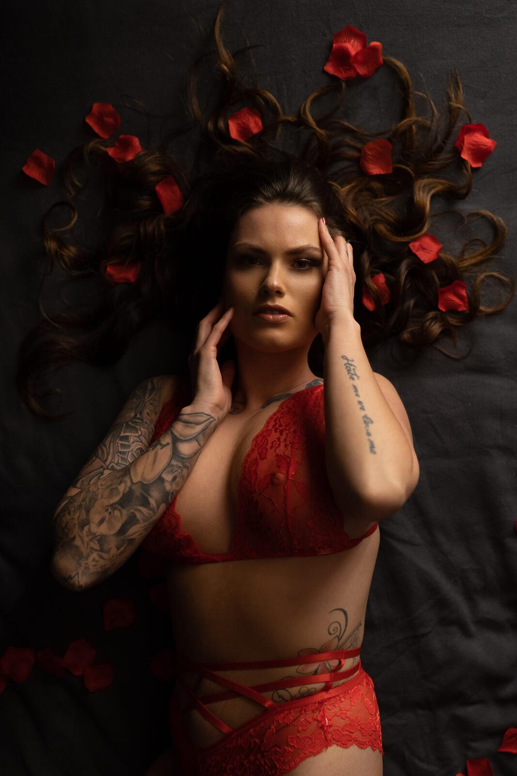 Valentijn foto rozenblaadjes vrouw