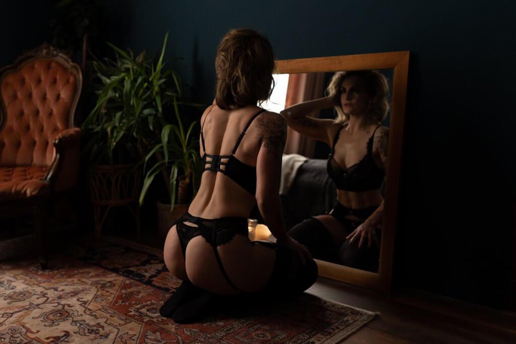 Vrouw in lingerie poses