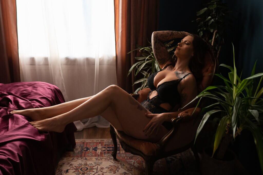 Vrouw in stoel lingerie