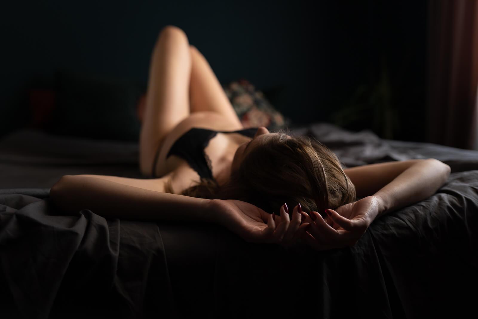 Zwanger vrouw in lingerie