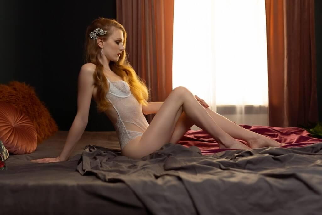 Bruid op bed in lingerie
