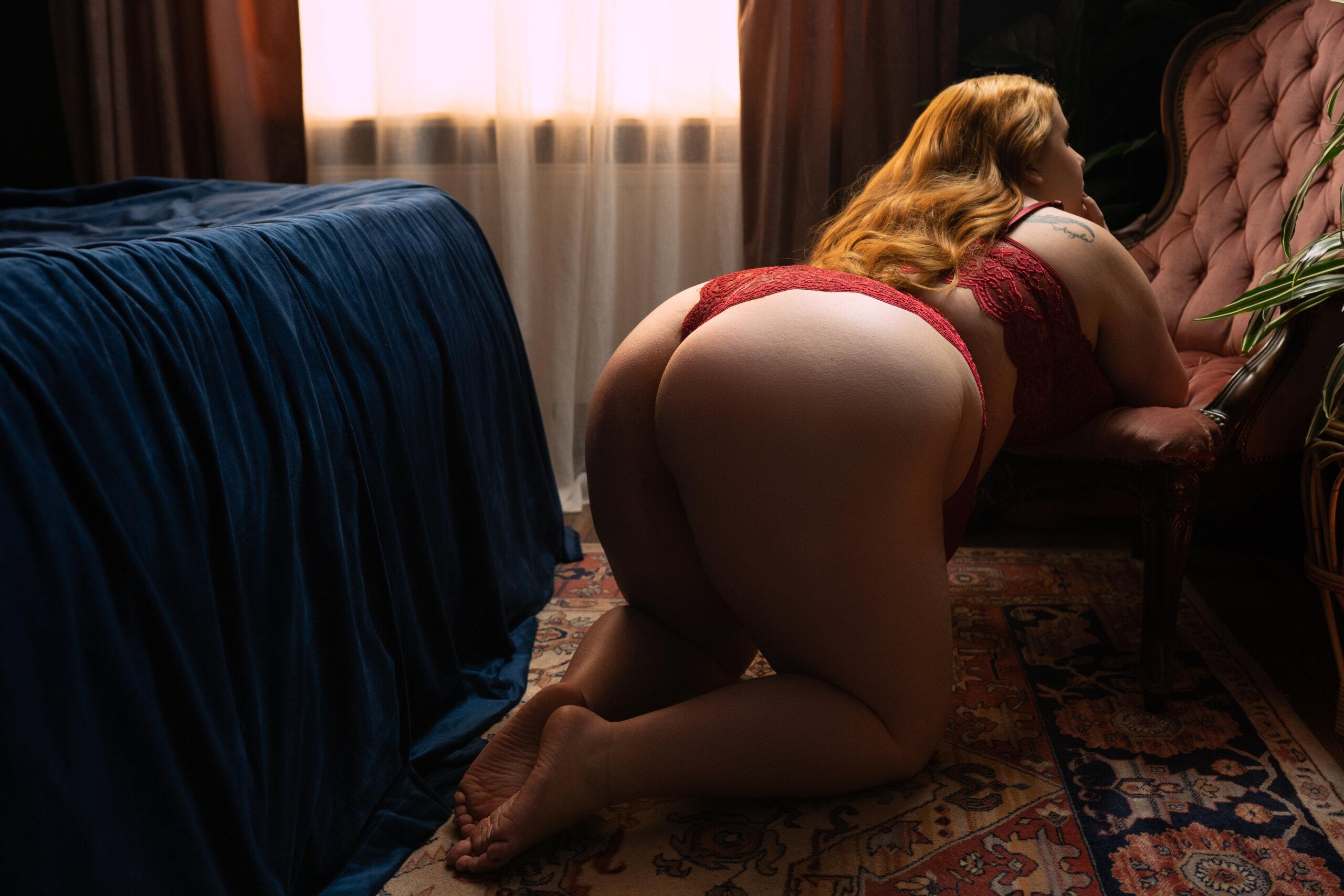 Vrouw in lingerie die op stoel poseert